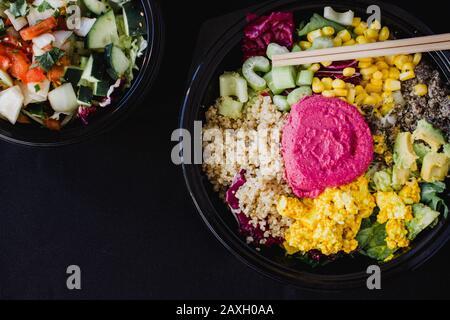 Bol de Bouddha salade de Detox végétalien avec du quinoa sur fond noir. Couche plate, vue de dessus, espace pour le texte Banque D'Images