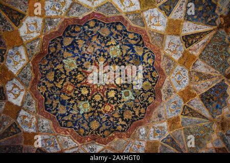 Plafond incrusté de pierre multicolore, mausolée de la tombe d'Etmadudaula ou d'Itmad-ud-Daula souvent considérée comme une ébauche du Taj Mahal, Agra, Banque D'Images