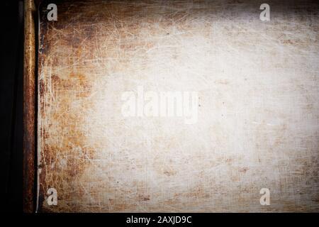 Surface de plaque de cuisson en métal avec rayures et vieille tache brune dans le concept d'arrière-plan frais court