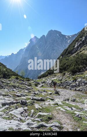 Randonneurs sur son chemin à travers les Alpes