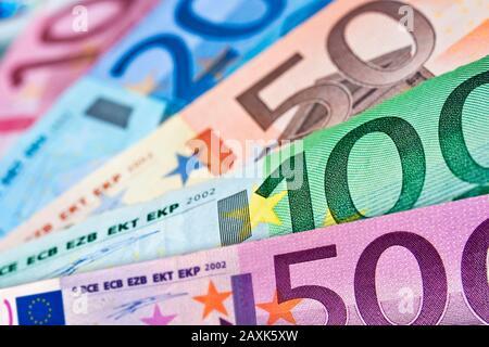 Gros plan sur les différents billets en euros, les fonds colorés, le concept de trésorerie en monnaie européenne