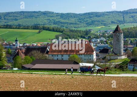 Ferien mit Pferdewagen im Jura beim Schloss Porrentuy Banque D'Images