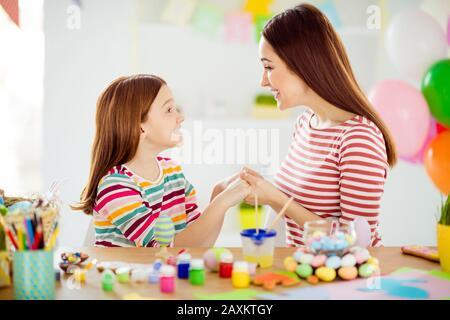 Gros plan portrait de belle jolie jolie jolie jolie douce gaie gentille filles petite fille faisant de l'artisanat passer la journée Banque D'Images