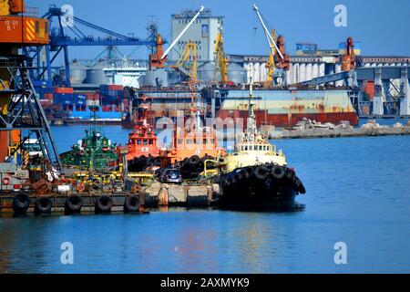 petits bateaux colorés près de la jetée au port Banque D'Images