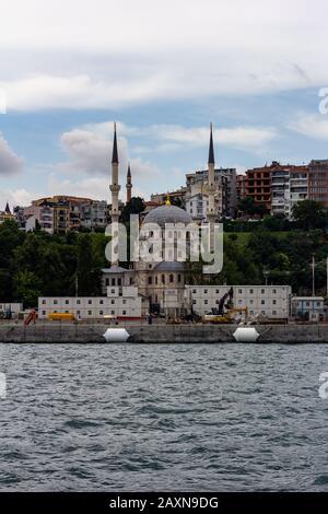 19 juin 2019 - Istanbul, Turquie - vue d'une mosquée sur les rives du détroit du Bosphore Banque D'Images