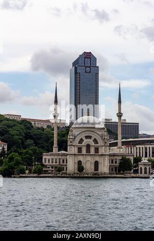 19 juin 2019 - Istanbul, Turquie - vue sur la Mosquée Dolmabahçe sur les rives du détroit du Bosphore, Süzer Plaza est en arrière-plan Banque D'Images