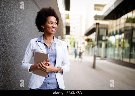 Urban happy business woman using tablet computer et de travail