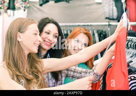 Jeunes femmes belles à la semaine marché de tissu extérieur - meilleurs amis partageant le temps libre de s'amuser et faire du shopping dans la vieille ville - Consumerisme acct Banque D'Images