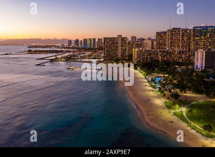 Panorama aérien de la plage de Waikiki et d'Honolulu sur Oahu, Hawaï au coucher du soleil