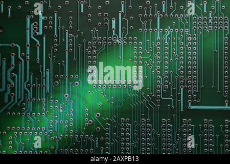 Photo de la surface dans un gros gros gros gros gros plan. Gros plan de la carte de circuit imprimé (PCB). Banque D'Images