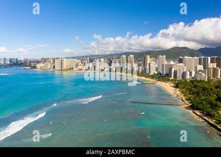 Vue aérienne sur le front de mer de Waikiki avec Honolulu en arrière-plan