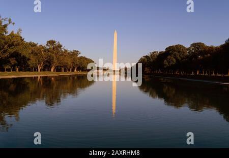 Washington Monument sur la piscine Réfléchissante à Washington, DC, Etats-Unis à l'aube.