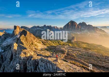 Cortina D'Ampezzo, Belluno, Vénétie. Italie. Averau et Nuvolau avec le refuge au lever du soleil. Juste derrière les trois Tofanen Banque D'Images