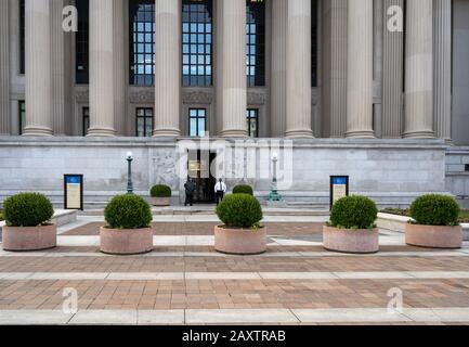 Washington, DC, États-Unis -- 3 février 2020. Deux gardes à l'entrée du bâtiment des Archives nationales sur Constitution Avenue à Washington DC.
