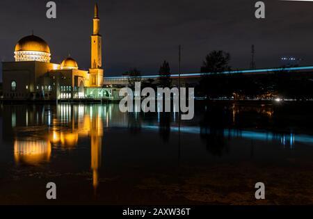 Vue nocturne sur la magnifique Mosquée Masjid As-Salam Puchong Perdana. Banque D'Images