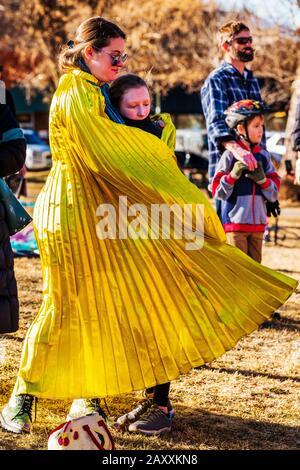 Spectateurs enveloppés dans un tissu or; spectacle de vacances du nouvel an en Asie à Salida; Colorado; par Colorado Asian Cultural Heritage Centre de Denver; Color Banque D'Images