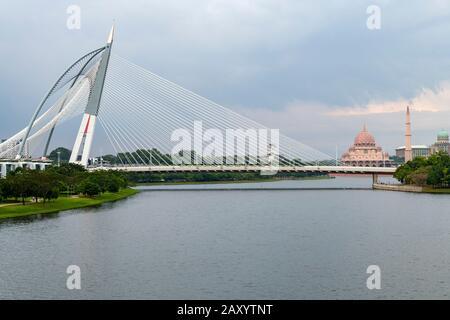 Vue sur le pont Seri Wawasan avec la Mosquée Putra et le palais du Premier ministre de Malaisie à Putrajaya, en Malaisie. Banque D'Images