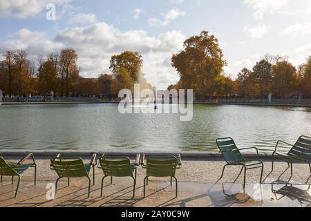 Paris - 7 NOVEMBRE 2019 : jardin des Tuileries avec chaises vertes et fontaine, automne ensoleillé à Paris Banque D'Images