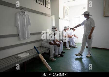 Équipe dans le vestiaire préparant le jeu