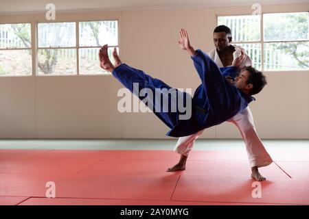 Entraînement de judokas dans une salle de sport