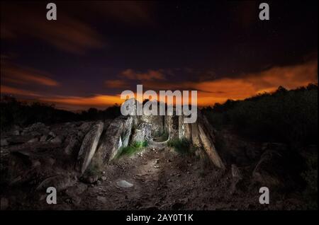 Dolmen sous ciel nocturne, Artajona, Navarre, Espagne Banque D'Images