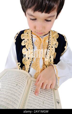 Un enfant musulman qui lit Quran Banque D'Images