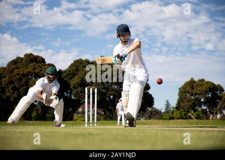 Joueur de cricket prenant des photos dans le ballon Banque D'Images