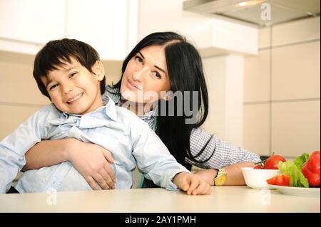 Bonne mère et petit fils dans la cuisine Banque D'Images
