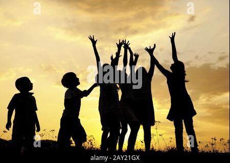 Les enfants tenant les mains vers le haut, espace prêt pour votre message Banque D'Images