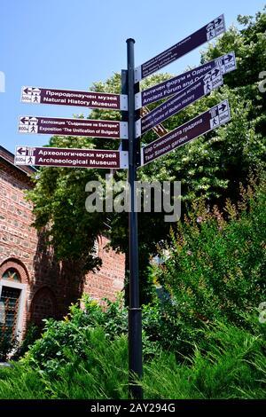 Bulgarie, Plovdiv, panneaux de direction vers un lieu historique différent, la ville est devenue capitale européenne de la culture 2019 Banque D'Images