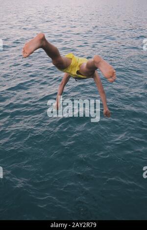 Homme sautant Banque D'Images