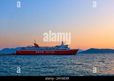 Aegina, Grèce - 15 septembre 2019 : traversier au port d'Aegina au coucher du soleil. Navire: Nova Ferries, 'Phivos'