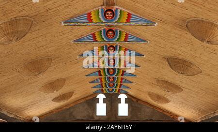 La peinture traditionnelle du visage éthiopien décore les poutres en bois d'un plafond traditionnel africain de chaume d'une salle à Lalibela, en Ethiopie Banque D'Images