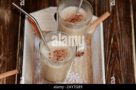 Chai eggnog. Latte décaféiné. Café savoureux sans caféine. Latte maison. Réchauffer la boisson. Café chaud avec cannelle et lait