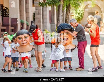 10 JUILLET 2018, BARCELONE, ESPAGNE : Fête des enfants aux personnages géants sur la place principale de Poble Espanyol Banque D'Images