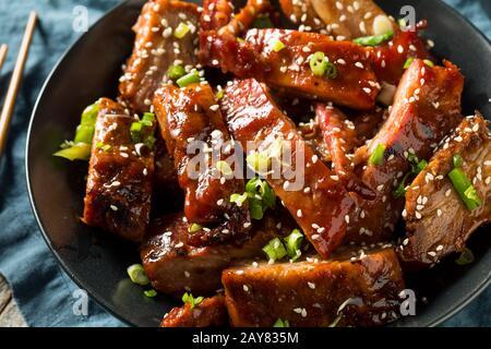 Côtes de porc au barbecue chinois maison avec riz Banque D'Images