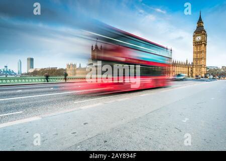 Big Ben et bus touristique sur Westminster Bridge à Londres Banque D'Images
