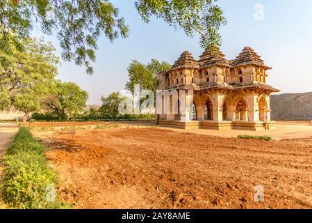 Vue encadrée sur le Lotus Mahal dans l'ancienne ville de Hampi, prise à la fin de l'après-midi sans peuple, Inde