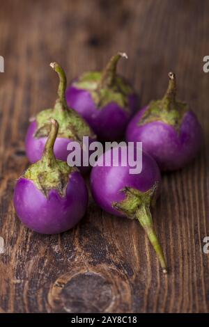 Aubergines asiatiques sur bois sombre Banque D'Images