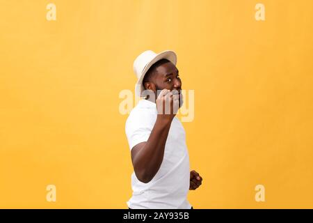 Beau jeune employé afro-américain se sentant excité, gestant activement, gardant les poings serrés, exclamant joyeusement avec Banque D'Images