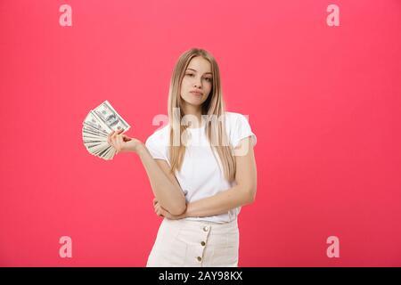 Portrait de la jeune jolie blonde femme sur un fond rose très fâché et bouleversé, très tendu, criant furieux, négatif an Banque D'Images