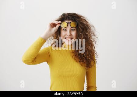Portrait jeune femme surprise excités isolés sur fond blanc. À la caméra. Banque D'Images