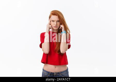 Photo de jeune femme en colère isolés sur fond blanc. À huis clos Banque D'Images