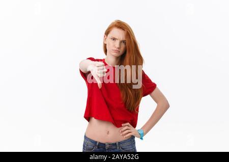 Jeune femme blonde européen a souligné looking at camera isolé sur fond blanc. Banque D'Images