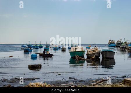 Port de bateaux de pêche dans le vieux port de plaisance Banque D'Images
