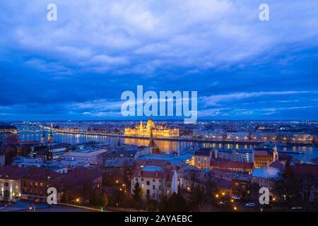 Budapest. Image cityscape de Budapest avec le bâtiment du parlement dans le centre et le Danube - capitale de la Hongrie, au crépuscule Banque D'Images