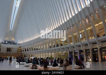 À l'intérieur de l'oculus de la Westfield World Trade Center Transportation Hub à New York