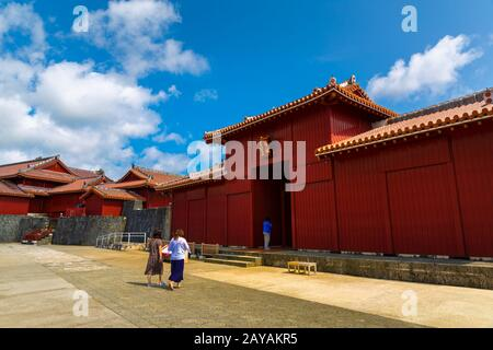 Porte de Shureimon dans le château de Shuri à Okinawa, au Japon. La tablette en bois qui orne la porte comporte des caractères chinois qui signifient L
