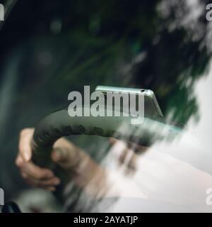 femme utilisant un smartphone dans une voiture