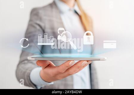 Mettre à jour le logiciel programme informatique mettre à niveau la technologie Internet femme d'affaires à l'aide d'une tablette ordinateur. Avant-Dame présentant la main bl